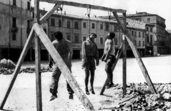 """""""Trzej męczennicy"""" – partyzanci powieszeni w Rimini w 1945 r. Pamięć o faszystowskiej przemocy pobudzała do brutalnego odwetu (fot. domena publiczna)."""
