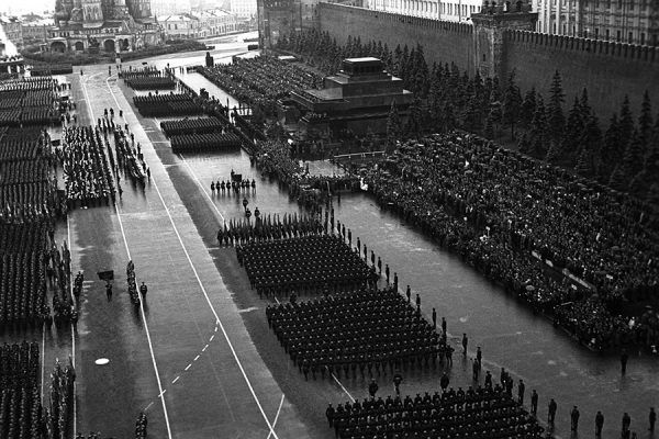 Defilada zwycięstwa na Placu Czerwonym w Moskwie, 24 czerwca 1945 r. (fot. Ministerstwo Obrony Federacji Rosyjskiej,Mil.ru, CC BY 4.0).