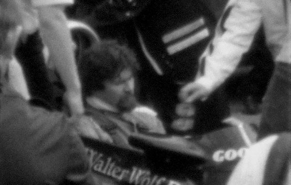 Andrzej Jaroszewicz kochał szybkie samochody. Powyżej kadr z amatorskiego filmu z 1979 roku, na którym widać Jaroszewicza zasiadającego w kokpicie przed pokazową jazdą bolidu Formuły 1 (fot. Stiopa; lic. CC-BY-SA 3.0).