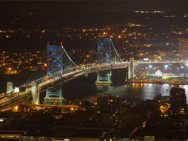 """Most Benjamina Franklina nocą. Mimo upływu lat dzieło Modrzejewskiego wciąż robi wrażenie (fot. Jeffrey Phillips Freeman """"Debeo Morium"""", CC BY-SA 3.0)."""