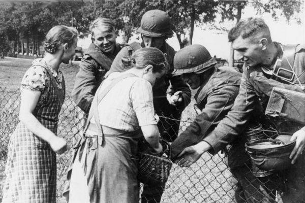 Polskie folksdojczki radośnie witają żołnierzy niemieckich (źródło: Bundesarchiv, lic.: CC BY-SA 3.0 de).