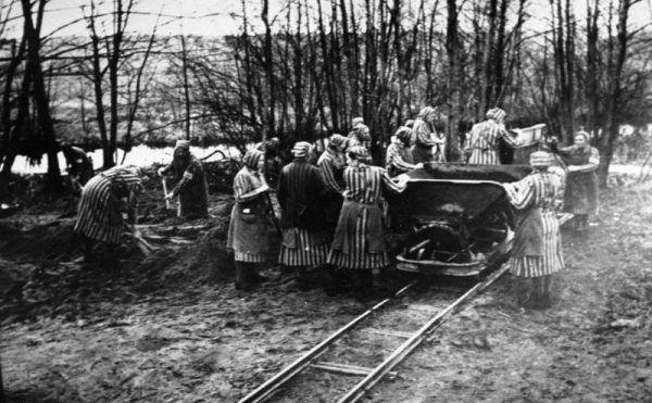Więźniarki Ravensbrück. Polki osadzone w obozie przed własną egzekucją prosiły koleżanki o uczesanie i upięcie włosów (źródło: Bundesarchiv, lic.: CC BY-SA 3.0 de).