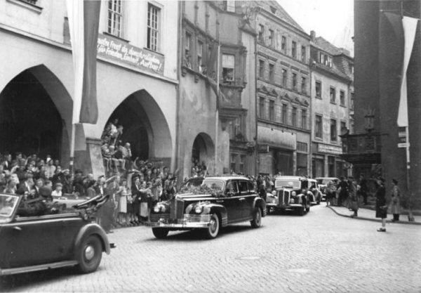 Kolumna samochodów ZIS 110 w dniu podpisania porozumienia w sprawie granicy polsko-niemieckiej w Zgorzelcu (źródło: Bundesarchiv, lic.: CC BY-SA 3.0).
