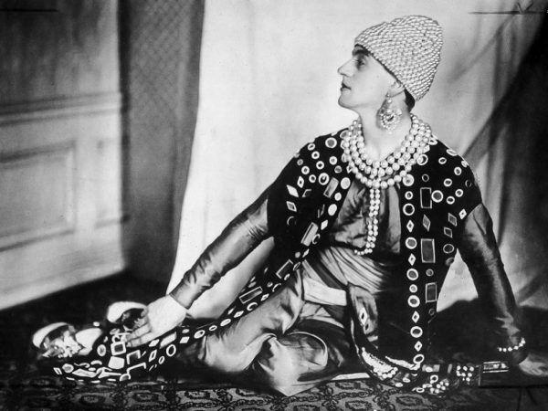 Antoine Cierplikowski szokował nie tylko fryzurami strzyżonych i czesanych kobiet, ale także swoimi strojami. Tutaj w kostiumie perskiego księcia.