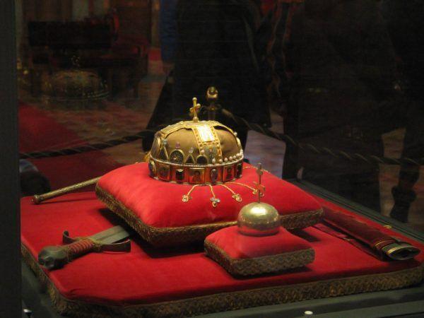 Oto prawdziwa władczyni Węgier! Korona Świętego Stefana i reszta królewskich insygniów (autor: Schopenhauer, lic.: CC BY 3.0).