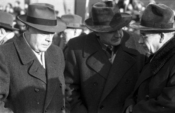 """Władysław Gomułka (z prawej) uważał, że Cyrankiewicza (z lewej) """"złamał obóz"""" i stąd u niego słabość do luksusów. Zdjęcie z książki """"Jak w kabarecie. Życie w PRL"""" (fot. Zbyszko Siemaszko; źródło: Narodowe Archiwum Cyfrowe)."""