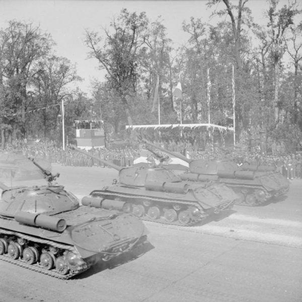 Radzieckie czołgi IS-3 w czasie defilady na ulicach Berlina, 7 września 1945 r. (fot. J. Christie, ze zbiorów Imperial War Museum, domena publiczna).