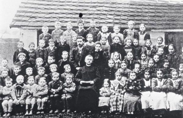 Mały Adolf (trzeci od lewej w pierwszym rzędzie) na zdjęciu klasowym z 1895 roku (źródło: domena publiczna).