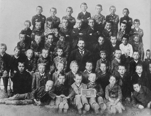 Kolejne szkolne zdjęcie Adolfa (stoi w ostatnim rzędzie po środku), 1899 rok (źródło: domena publiczna).