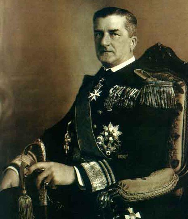 Miklós Horthy de Nagybánya, regent w latach 1920-1944, przysięgał wierność nie NA Koronę, a PRZED nią (źródło: domena publiczna).