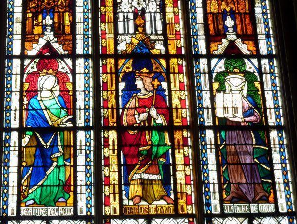 Karol II Zły zawsze mógł liczyć na wsparcie dwóch królowych Francji: ciotki Joanny i siostry Blanki. Na wiele mu się to jednak nie zdało... Zmarł tragicznie jeszcze za życia długowiecznej siostry. Witraż w kościele kolegialnym Notre Dame w Mantes-la-Jolie (fot. Reinhardhauke, lic. CC BY-SA 3.0).