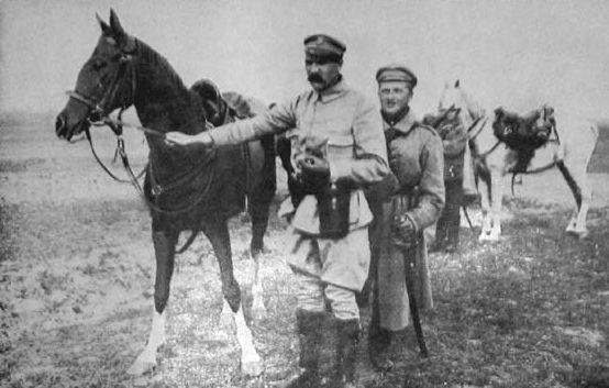 Plany Marszałka mógł pokrzyżować seryjny zabójca? To byłby dopiero kryminał! Na zdjęciu: Józef Piłsudski z Kasztanką (źródło: domena publiczna).