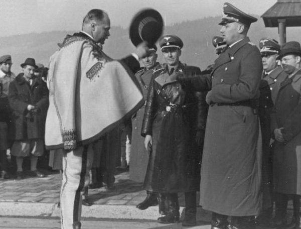 Wacław Krzeptowski składa hołd Hansowi Frankow w listopadzie 1939 roku (źródło: domena publiczna)