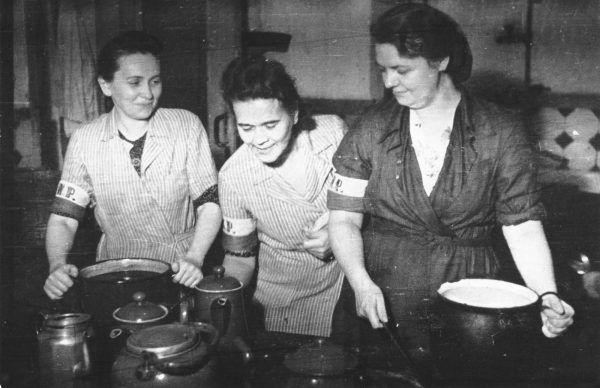 Kobiety w Powstaniu Warszawskich, walcząc, pracując jako łączniczki, sanitariuszki, gotując w kuchniach polowych i dbając o porządek, starały się wyglądać jak najbardziej schludnie (źródło: domena publiczna).