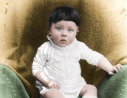 Mały Adolfek, wtedy jeszcze nikt nie przypuszczał co z niego wyrośnie (źródło: domena publiczna; koloryzacja: Rafał Kuzak)
