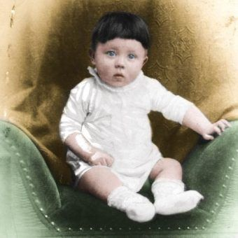 Mały Adolfek, wtedy jeszcze nikt nie przypuszczał co z niego wyrośnie (źródło: domena publiczna; koloryzacja: Rafał Kuzak).