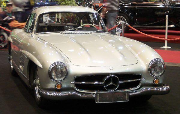 Premier Cyrankiewicz kochał zagraniczne samochody. Jednym z jego nabytków był mercedes 300 SL (autor: Ashley Pomeroy, lic.: CC BY-SA 3.0).
