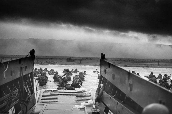 Amerykańskie wojsko lądujące 6 czerwca na plaży Omaha. To jedno z najbardziej legendarnych zdjęć II wojny światowej (fot. Robert F. Sargent, National Archives and Records , domena publiczna).