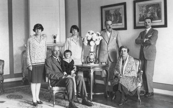 Gdy Ignacy zajmował się politykowaniem, zarabianiem na życie musiała zająć się jego żona Michalina. Prezydent RP Ignacy Mościcki (siedzi z lewej) w towarzystwie żony Michaliny (siedzi z prawej), wnuka Józefa, córki Heleny Zwisłockiej (stoi z lewej), synów Józefa (stoi pierwszy z prawej) i Michała (stoi drugi z prawej).