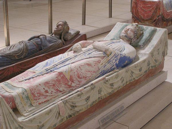 Trudno powiedzieć, czy Ryszard Lwie Serce przewracał się w grobie, ale wkrótce przyszło mu sąsiadować z... żoną Jana. Nagrobki Ryszarda i Izabeli w andegaweńskim Opactwie Fontevraud (źródło: domena publiczna).