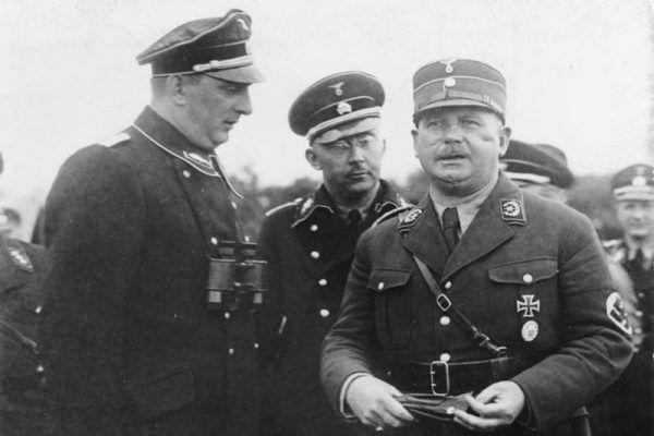 W trakcie nocy długich noży Hitler pozbył się wszystkich, których uważał za zagrożenie z Ernstem Röhmem (po prawej) na czele. Wśród ofiar znalazł się również Bernhard Stempfle (Bundesarchiv, Bild 102-14886, lic. CC-BY-SA 3.0).