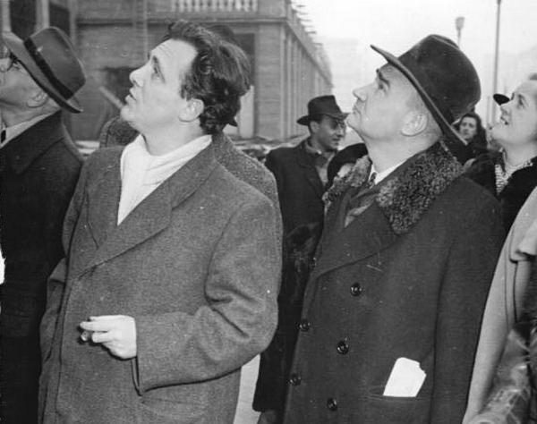 Włodzimierz Sokorski (w kapeluszu z prawej) uchodził za jednego z największych playboyów PRL. Był czterokrotnie żonaty, a jego wybranki rzadko kiedy miały skończone 18 lat (źródło: Bundesarchiv; lic. CC-BY-SA 3.0).
