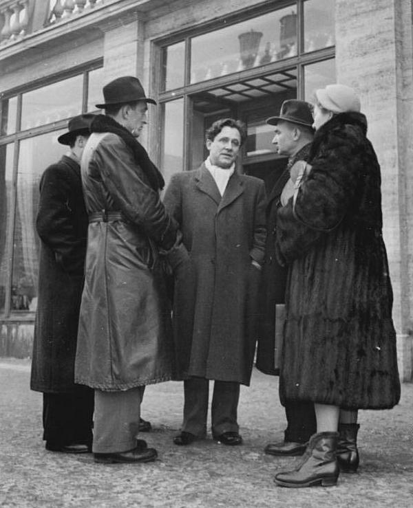 Po utracie wpływów, nawykły do luksusów Sokorski (drugi z prawej), nie mógł pojąć jak zwykli obywatele Polski Ludowej mogą żyć w tak trudnych warunkach (źródło: Bundesarchiv; lic. CC-BY-SA 3.0).