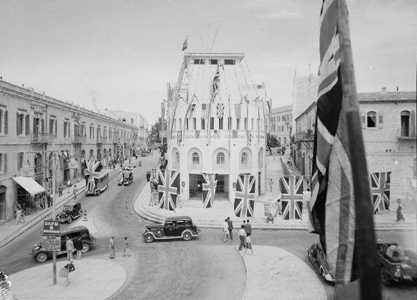 Ulice Jerozolimy 8 maja 1945 r. (fot. Matson News Service, ze zbiorów Biblioteki Kongresu USA, domena publiczna).