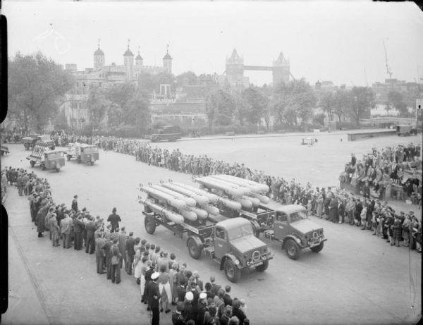 Londyńska defilada z okazji zwycięstwa w Europie, 8 czerwca 1945 r. (fot. ze zbiorów Imperial War Museums, domena publiczna).