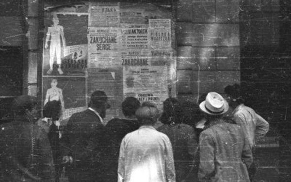 """Jesienią 1943 roku na murach stolicy pojawiły się rzekome """"Rozporządzenia o statusie prawnym Polaków"""". Naprawdę była to akcja państwa podziemnego ośmieszająca ustawodawstwo okupanta (źródło: domena publiczna)."""