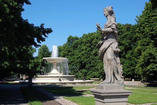 W czasie Powstania Warszawskiego ludzie myli się między innymi w publicznych fontannach. Na zdjęciu: Ogród Saski (autor: Marcin Białek, lic.: GFDL).