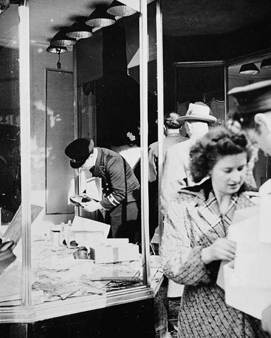 Sklep z butami obrabowany w czasie zamieszek w Halifaksie (fot. podoficer Harvey, ze zbiorów Library and Archives Canada, CC BY 2.0).