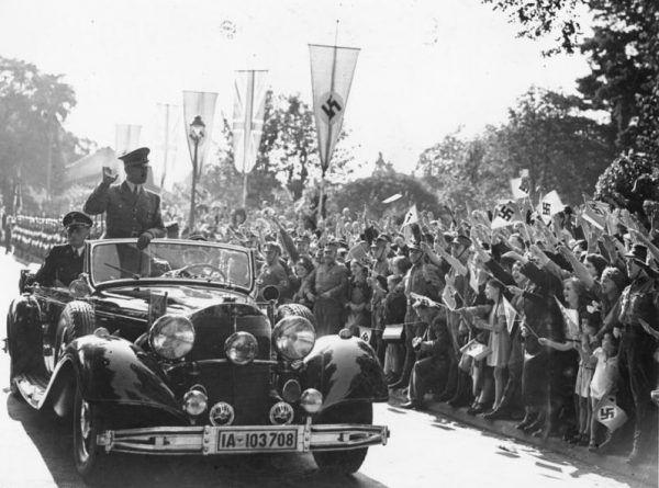 Młoda władza ludowa w Polsce w pierwszych powojennych latach woziła się zdobycznymi samochodami. Wśród nich nie zabrakło również mercedesów 770, w których przed wojną lubował się na przykład Adolf Hitler (źródło: Bundesarchiv, lic.: CC-BY-SA 3.0).