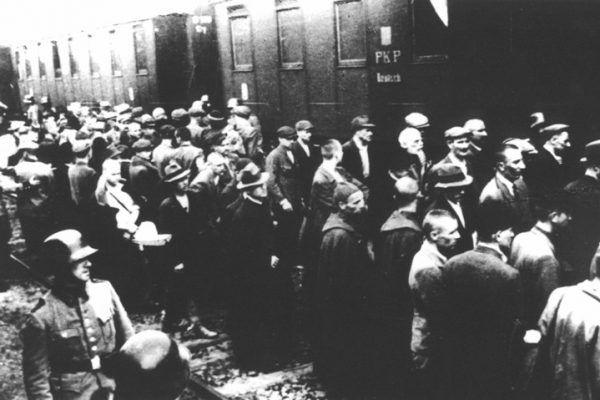 Załadunek więźniów do wagonów na dworcu kolejowym w Tarnowie dnia 14 czerwca 1940 roku (źródło: domena publiczna).
