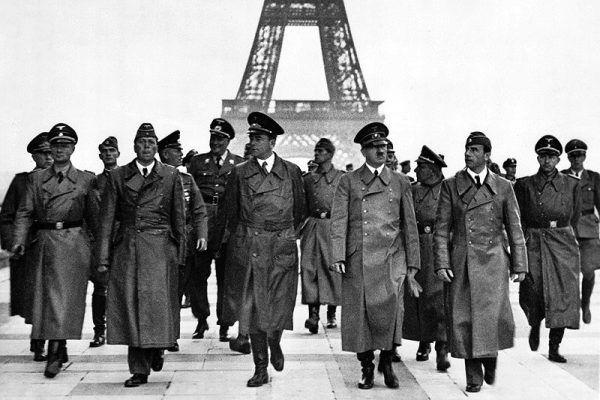 Zawiedziony Hitler odchodzi od wieży Eiffla, pomstując na okrutny ruch oporu... Tak naprawdę sabotaż widokowy nie zrobił na nim wielkiego wrażenia. Na zdjęciu po lewej od Hitlera rzeźbiarz Arno Breker, po prawej architekt Albert Speer (źródło: Bundesarchiv, lic.: CC BY-SA 3.0 de).