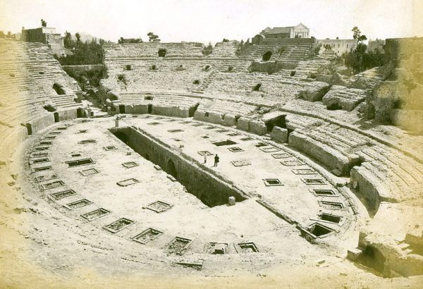 To właśnie w ruinach tego rzymskiego amfiteatru Bona wzięła udział w tajemniczym rytuale, mającym na celu przyzwanie z zaświatów przodków przyszłej polskiej królowej (fot. Roberto Rive; lic. domena publiczna).