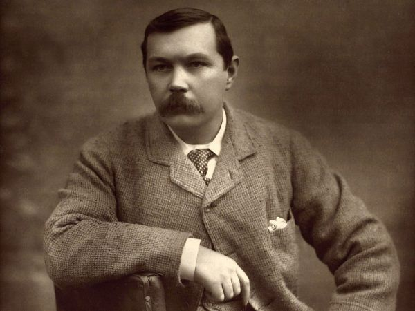 Arthur Conan Doyle rozwiązywał zagadki kryminalne nie tylko na kartach swych powieści... Zdjęcie autorstwa Herberta Rose'a Barrauda z 1893 roku (źródło: domena publiczna).