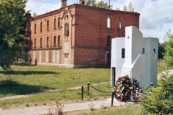 Tak wyglądają ruiny budynku obozowej administracji w Berezie Kartuskiej. Na pierwszym planie znajduje się pomnik zbudowany w 1962 na miejscu dawnego obozu (fot. Christian Ganzer, Hamburg, lic. CC BY-SA 3.0).