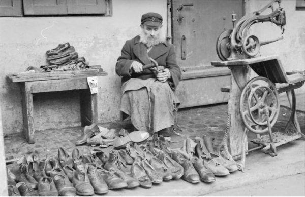 Nie ukrywających się Żydów próbowano szantażować wyimaginowanymi oskarżeniami. Na zdjęciu: żydowski szewc przy pracy w 1941 roku (źródło: Bundesarchiv, lic.: CC BY-SA 3.0 de).