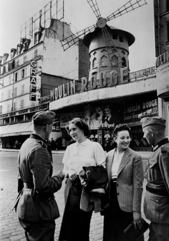 Dla wielu nazistów Paryż był miastem miłości... Partyzanci postanowili to wykorzystać. Na zdjęciu: niemieccy żołnierze z damami pod Moulin Rouge (źródło: Bundesarchiv, lic.: CC BY-SA 3.0 de).