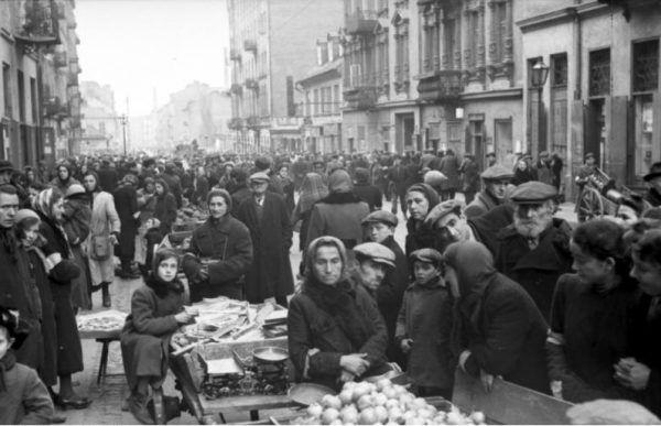 Ceny żywności w okupowanej Warszawie wzrastały skokowo. Skąd brać pieniądze na jedzenie i na ciągłe łapówki? (źródło: Bundesarchiv, lic.: CC BY-SA 3.0 de).