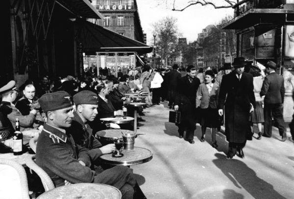 Restauratorzy też postanowili pognębić okupanta... podając mu pieczarki zamiast trufli! Na zdjęciu żołnierze Luftwaffe w paryskiej kawiarni (źródło: Bundesarchiv, lic.: CC BY-SA 3.0 de).