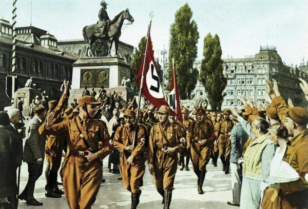 Hrabiemu podobała się kolorystyka nazistowskiej flagi. Na zdjęciu Norymberga, 1929 rok (źródło: Bundesarchiv, lic.: CC BY-SA 3.0 de).