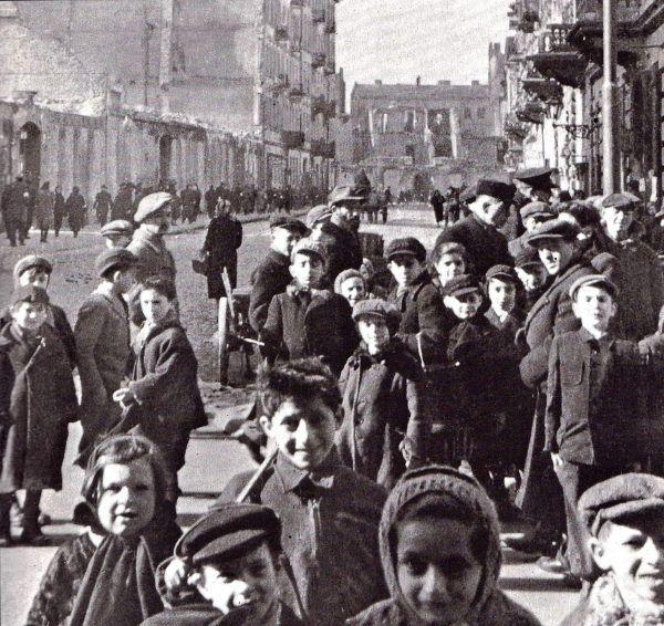 """Żydzi musieli płacić nie tylko """"profesjonalnym"""" szmalcownikom, ale i kanaliom pokroju Josefa Hacadyka, który strzelał do dzieci (czy też, jak on je nazywał, """"karaluchów"""") przechodzących przez dziurę w murze getta (źródło: domena publiczna)."""