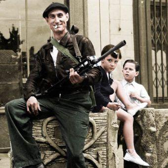 """Czy członkowie francuskiego ruchu oporu naprawdę byli tak zabawnie nieudolni, jak Michelle i ferajna z serialu """"Allo, allo""""? Na zdjęciu: członek Resistance w miejscowości Châteaudun (źródło: domena publiczna; koloryzacja: Rafał Kuzak)."""