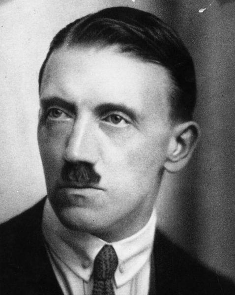 """Kto mógł przypuszczać, że to """"patetyczne, niewydarzone cielę"""" stanie się postrachem Europy? W chwili wykonania tej fotografii (1920 rok) zapewne niewielu... (źródło: domena publiczna)."""