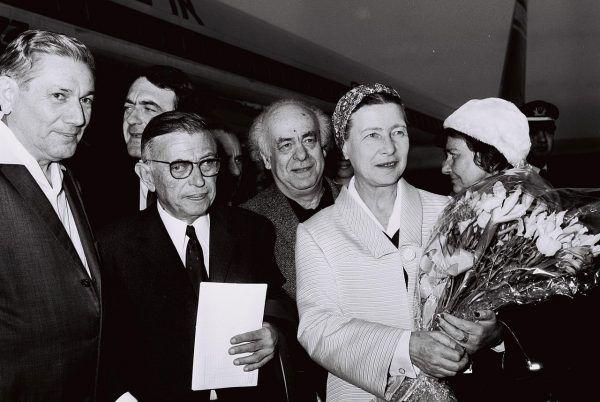 Francuscy intelektualiści, tacy jak na przykład Jean-Paul Sartre (w okularach), dopiero w ostatniej chwili zaangażowali się w działalność ruchu oporu (fot. Moshe Milner; źródło: Government Press Office; lic. CC BY-SA 3.0).