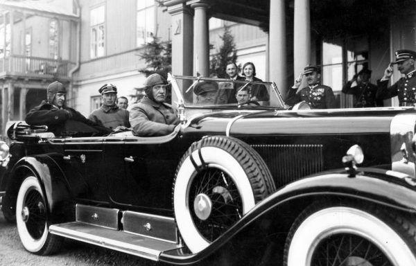 Pod wpływem zaszczytów i luksusów Mościcki z biegiem czasu stracił zupełnie kontakt ze zwykłymi ludźmi. Na zdjęciu Mościcki (siedzi obok kierowcy) przed rezydencją w Spale (źródło: domena publiczna).
