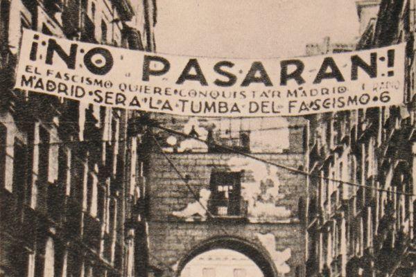 """Jeden z symboli wojny domowej w Hiszpanii - transparent z republikańskim hasłem """"Nie przejdą"""" na madryckiej ulicy w 1937 roku. Między innymi dzięki pomocy niemieckiej jednak przeszli. Fotografia Michaiła Koltsowa (źródło: domena publiczna)."""