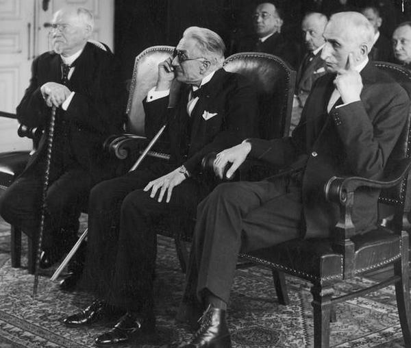 Profesor Szymon Askenazy (pierwszy z prawej) na zdjęciu wykonanym podczas wręczania mu nagrody miasta stołecznego Warszawy, 1934 rok (źródło: domena publiczna).